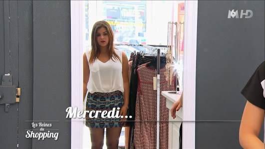 Jupe courte et haut blanc pour Julia dans les reines du shopping