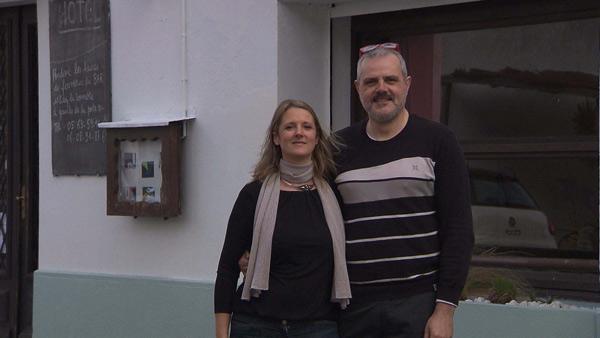 Roger et Cécile avec leur hôtel sur TF1 dans Bienvenue à l'hôtel / Photo TF1