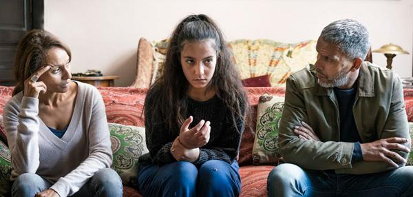 Chama avec ses parents face au jihad dans Ne m'abandonne pas sur France 2 / Photo Scarlett Productions