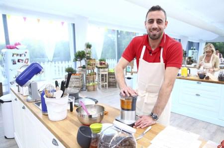 Avis, commentaires sur les recettes d'Abdelkarim dans le meilleur pâtissier M6 / Crédit : Marie ETCHEGOYEN/M6