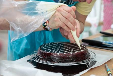 Le glaçage cacao du gâteau schichttorte de Cyril dans #LMP / / Photo Lou Breton-M6