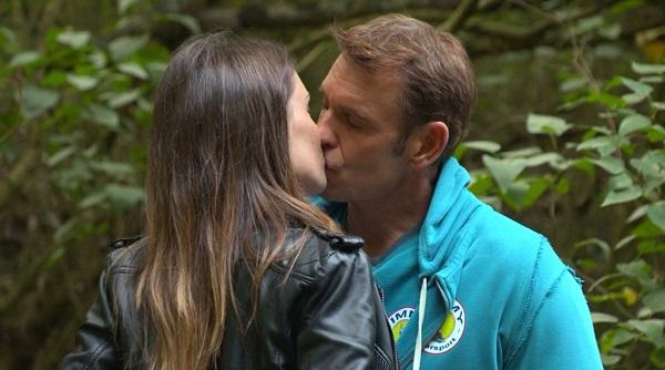 Jimmy et Stéphanie en couple dans les mystères de l'amour : ils s'embrassent