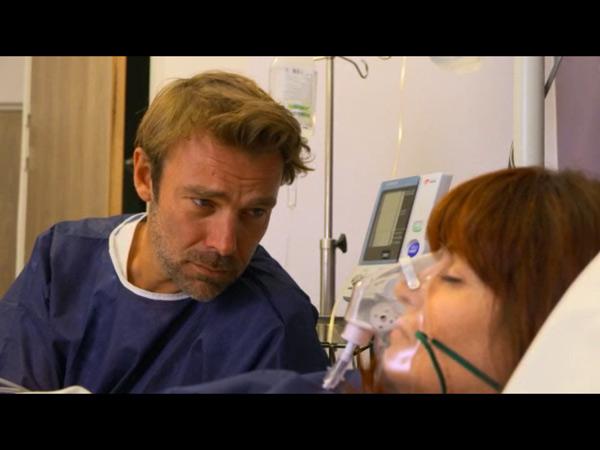 Nicolas au lit de Marie à l'hôpital dans LMDLA 10x16