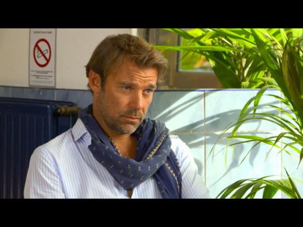 Nicolas au café avec Stéphanie : Marie est jalouse.