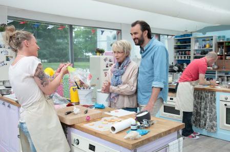 Avis et commentaires sur Roxane dans le meilleur pâtissier 2015 (M6) : l'adresse de son blog vidéo // Photo Lou Breton-M6