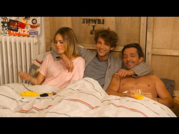 Chloé, Christian et Sylvain au lit pour le petit déj