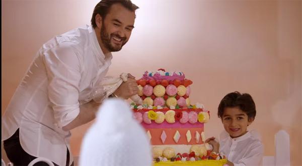 Cyril Lignac et son mini-moi face aux gâteaux