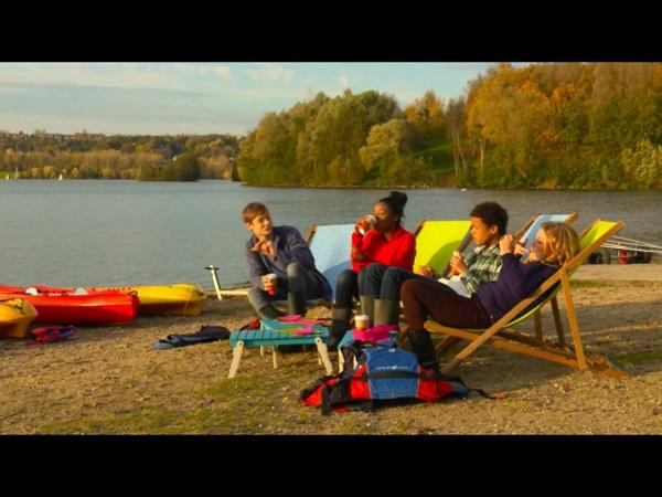 Les enfants Gwen, Erwan, Nicky et Léa profitent du soleil dans les mystères de l'amour saison 11