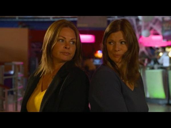 Laly et Olga s'amusent au bowling