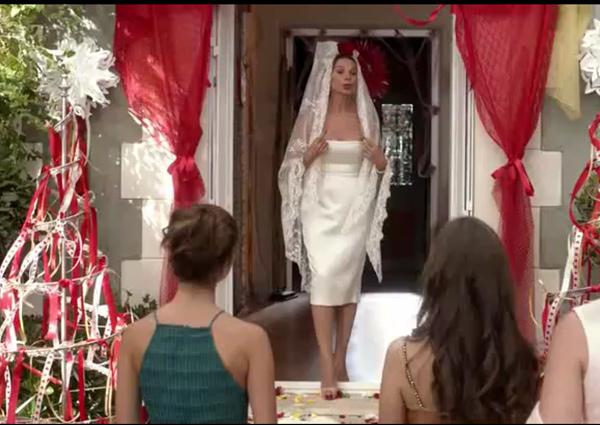 La robe de mariée de Caroline assez bizarre : vous aimez ?