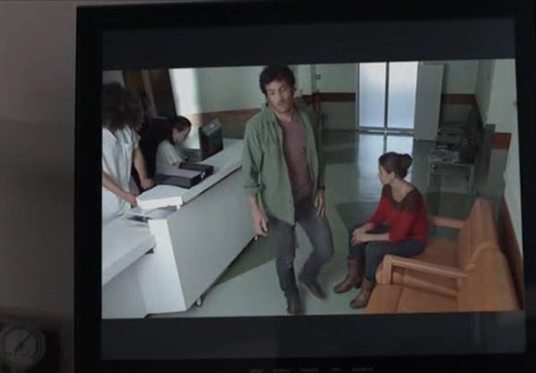 Les médecins regardent les explications de Jérôme  à Clem suite à l'accident d'Emma