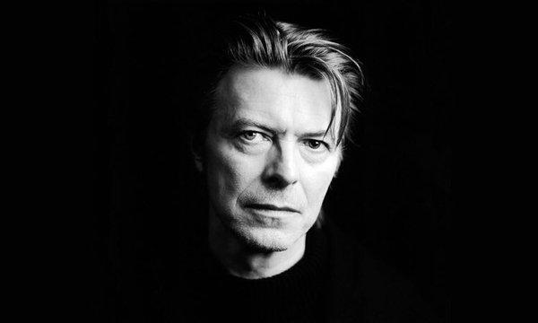 Décès de David Bowie : funérailles émouvantes pour les fans et sa famille.