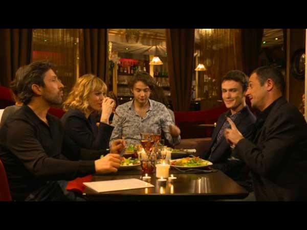 Les amis de Julien réunis au restaurant avec JM qui semble ambigü #LMDLA
