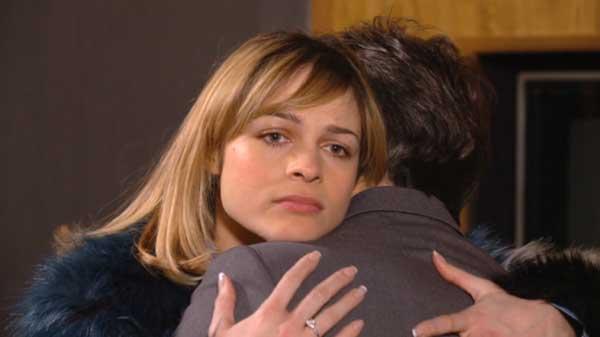 Chloé dans les bras de Christian ... elle pense à Sylvain