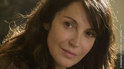 Zabou Breitman joue Véronique l'infirmière qui est prête à être famille d'accueil pour les enfants de Marie Laure.