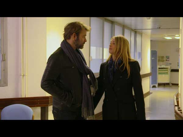 Nicolas soutient Hélène mais il tente de lui ouvrir les yeux