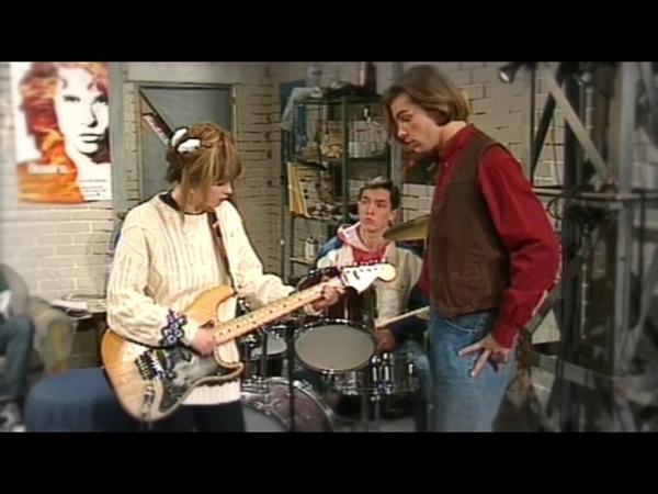 Hélène à la guitare au garage !