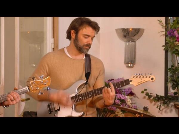 Nicolas à la guitare : le groupe Hélène et les garçons is back !