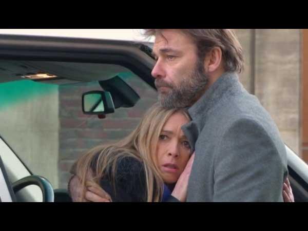 Nicolas réconforte Hélène après le choc