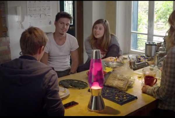 Alex avec sa soeur Anna à table dans l'épisode 1 de Sam