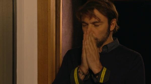 Nicolas bouleversé par les paroles de la chanson, il pleure