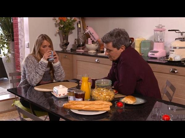 Discussion entre José et Hélène au petit déjeuner