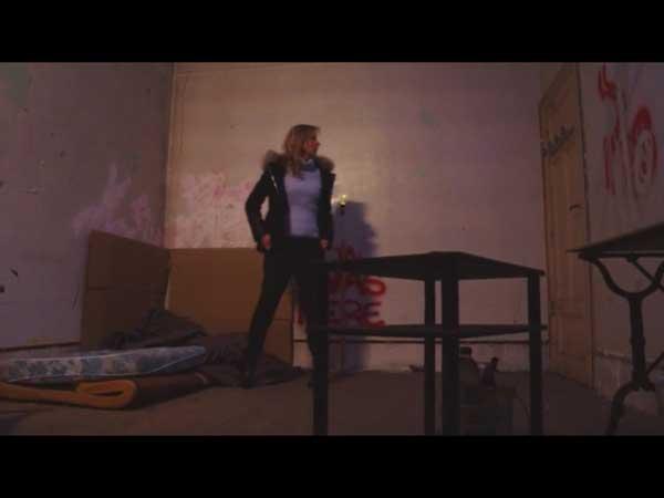 Béné kidnappée dans une pièce sombre