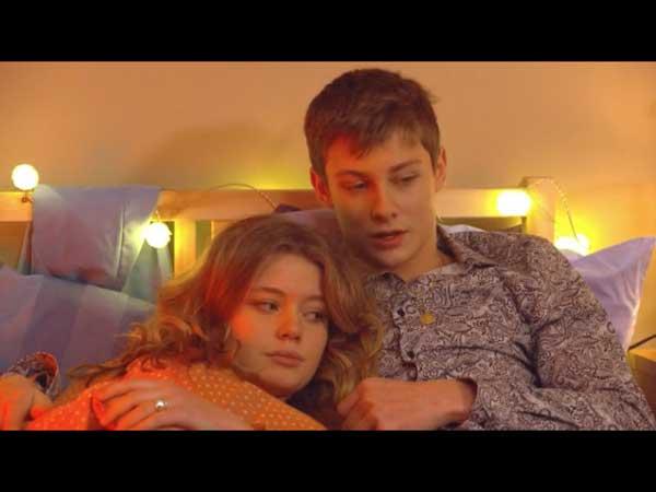 Léa réconfortée par Nicky son petit ami par rapport à Bénédicte qui a disparu