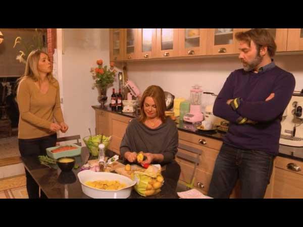 Les filles préparent le repas : Nicolas leur rend visite