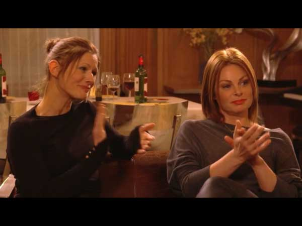 Olga et Laly aiment beaucoup les nouvelles chansons d'Helene