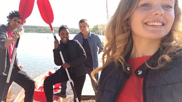 Les enfants Lea, Gwen, Erwan et Nicky au watersport pour les mystères de l'amour saison 13
