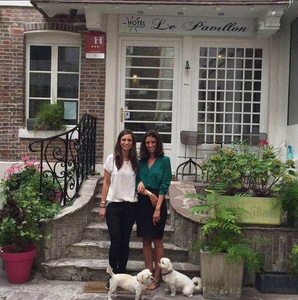 Coralie et Lorie prennent la pause pour leur hôtel // Photo facebook GreenSpirit.hotels.paris