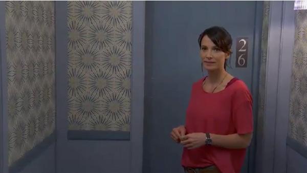 Nathalie (fausse identité) vole dans les chambres pour faire croire que c'est Laetitia
