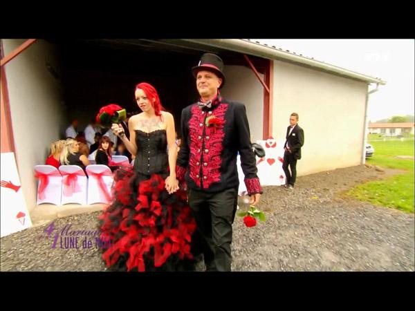 La robe de mariée de Gwenaelle rouge et noire façon Tim Burton (alice au pays des merveilles)