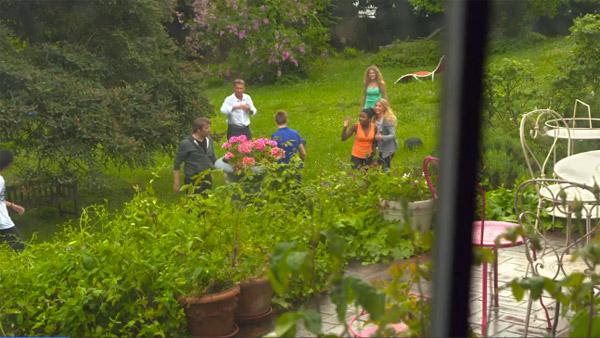 Partie de foot dans le jardin : Hélène et Nicola s'amusent ! #LMDLA