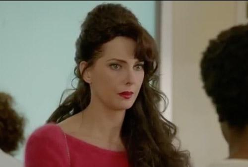 Frédérique Bel excentrique dans Nina 2x10 le final