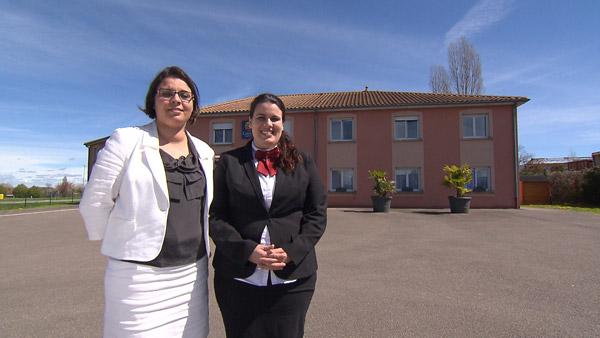 Commentaires et critiques sur Ophélie et Ana de Bienvenue à l'hôtel / Photo TF1
