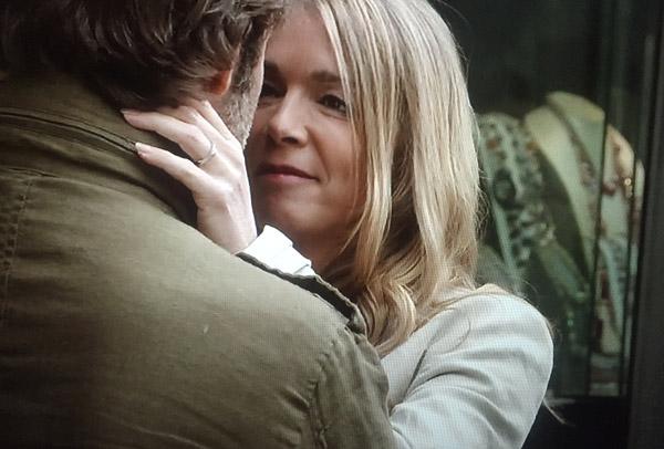 Hélène a la bague et Nicolas et lui aussi a une bague... nouveau départ (elle range la bague de Peter).