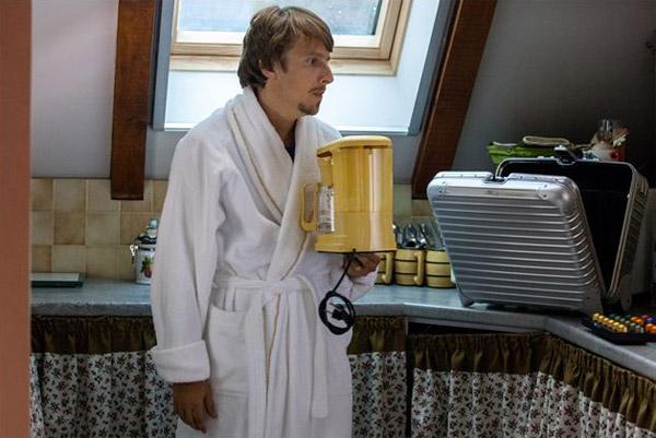 Lorant Deutsch débarque dans la série M6 qu'est ce qu'on attend pour être heureux ? / Photo du film  Un Village presque parfait