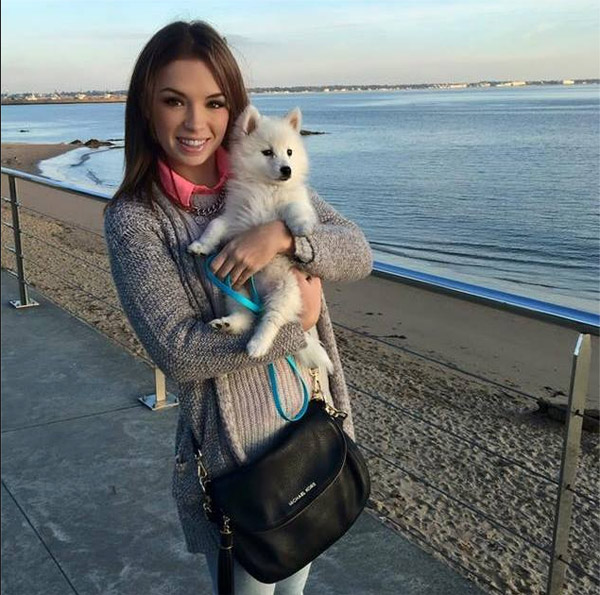 Jolie photo de la danseuse Marie Denigot DALS 7 avec son chien / Facebook Marie Denigot