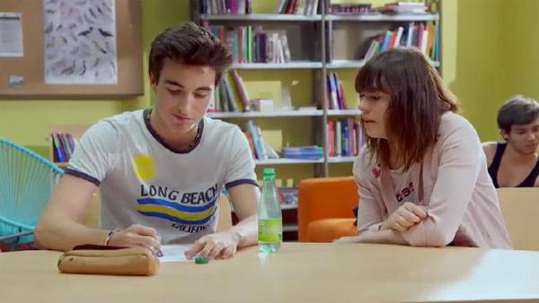 Zoe amoureuse de Mathis... mais lui semble indifférent à moins que ce soit de la timidité ?