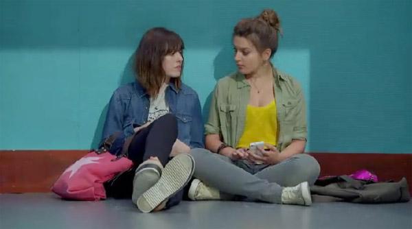 Zoe n'ose pas avouer à Lilou qu'elle est amoureuse de Mathis