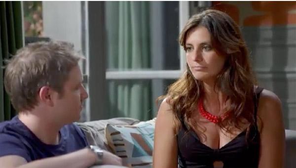 Nathan aide Mélanie et Sabrina : il en peut plus mais n'ose pas dire non