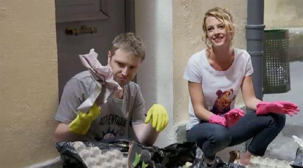 Nathan et Coralie vident la poubelle pour retrouver le téléphone imaginaire de Sabrina