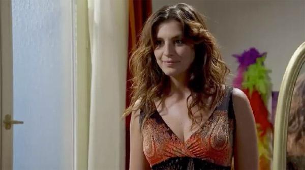 Mélanie en plein essayages de robes devant Sabrina !