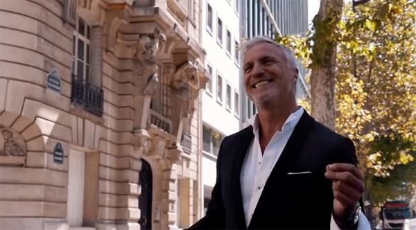 David Ginola souriant et dansant dans les rues pour la pub M6 2016