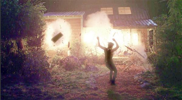 Adam meurt dans l'explosion commandée par Chloé et Victor