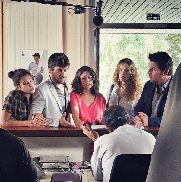 Photo de tournage de Clem saison 7 au poste de police : Caro ou Jérôme  ont un problème ? / Photo instagram agustingaliana