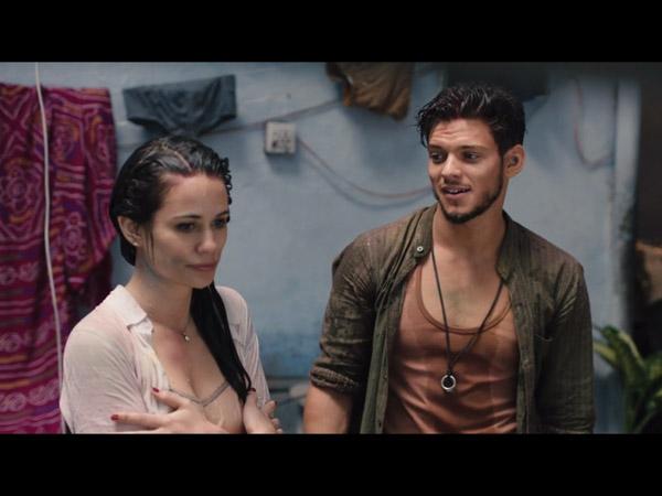 Anne (Lucie Lucas) et Ravi (Rayane) font connaissance : elle est gênée car son haut est trempé