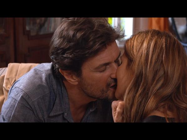 Laly et Antonio s'embrassent une nouvelle fois, John n'est pas très loin !
